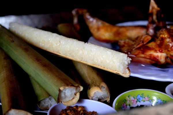 Cùng với muối lạc là món muối lá é (loại lá có mùi thơm gần giống húng quế), gà nướng chấm muối lá é sẽ làm gà càng thơm hơn và tròn vị hơn.