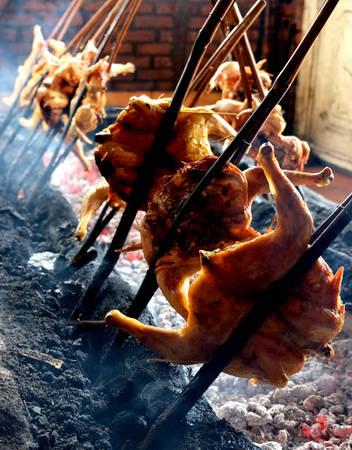 Điều khiến thực khách phải lưu tâm chính là cách nướng. Gà không nướng trên vỉ mà được kẹp vào thân tre, một cây tre là mỗi con gà. Cây tre sau đó được cắm xuống đống than hồng. Mỗi lượt nướng có hàng chục con gà.