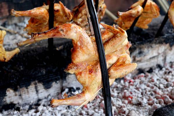Than để nướng gà là loại than củi nên có mùi khói thơm khi nướng, chính mùi khói là một phần tạo nên hương vị đặc trưng cho món gà nướng Gia Lai.