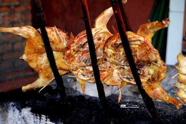 Khoảng cách giữa con gà với mặt than khoảng 50 cm, than phải cháy đượm để hơi nóng có thể làm gà chín nhưng không khô. Người nấu phải khơi than và xoay cây tre để gà chín đều.