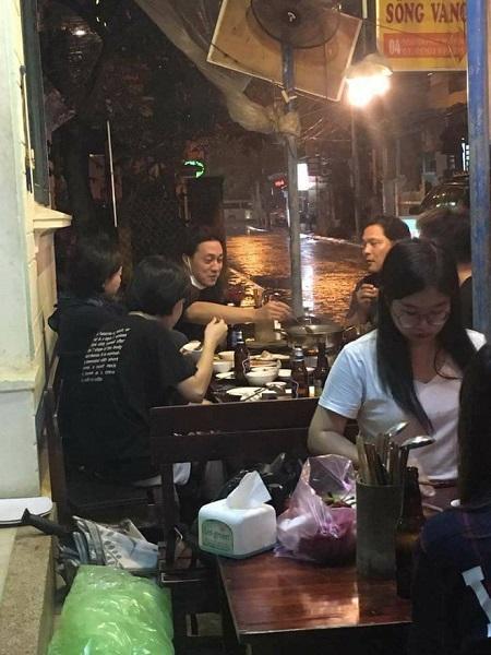 Hình ảnh ngồi hiên nhà quán lãu bình dân thưởng thức món ăn của So Ji Sub đang gây sốt.