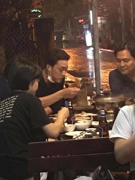 Trong ảnh So Ji Sub đã thoải mái ngồi ăn lẩu tại một nhà hàng nhỏ.