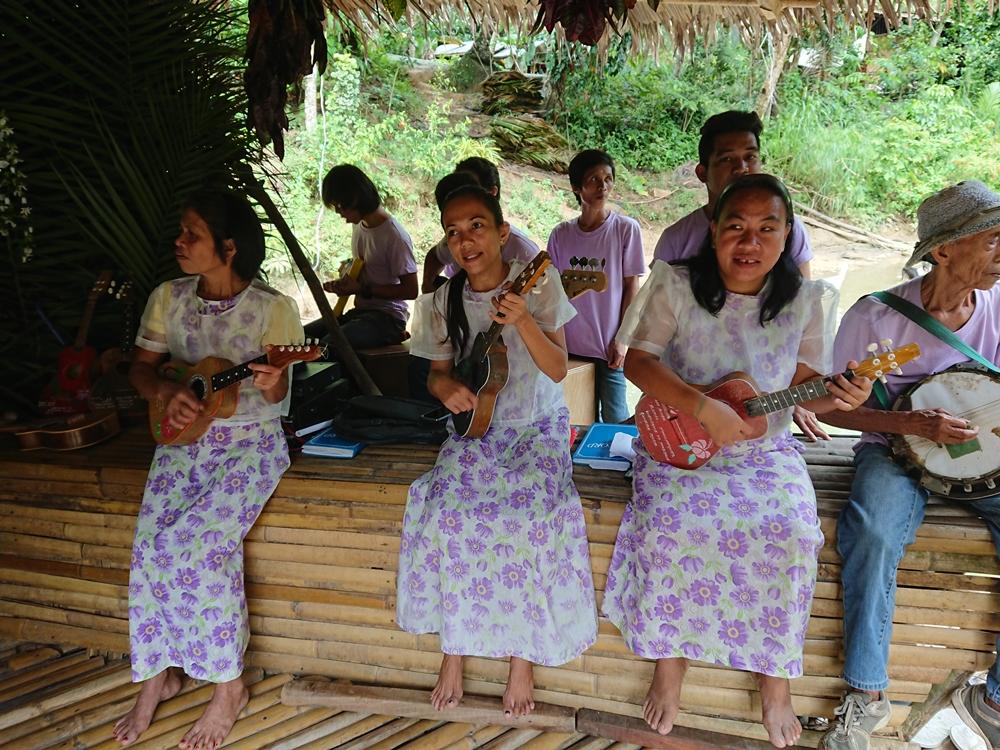 Thưởng thức âm nhạc địa phương trên sông. Ảnh: Tiểu Duy