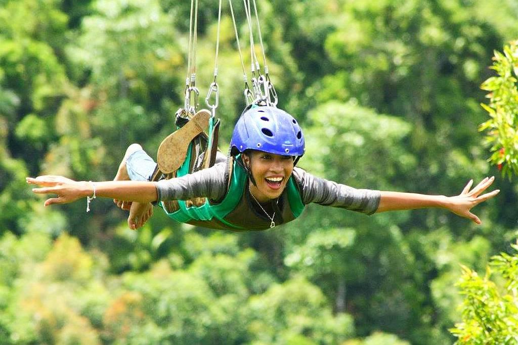 Đu Zipline ở Bohol. Ảnh: alonascoralgarden