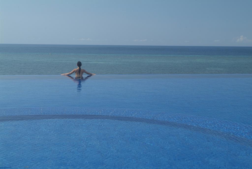 Hồ bơi vô cực hướng thẳng ra biển của Eskaya Beach Resort and Spa.