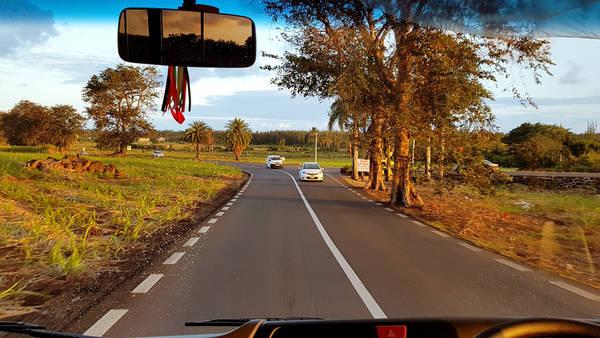 Một trong những cung đường trên đảo Mauritius qua cabin ôtô.