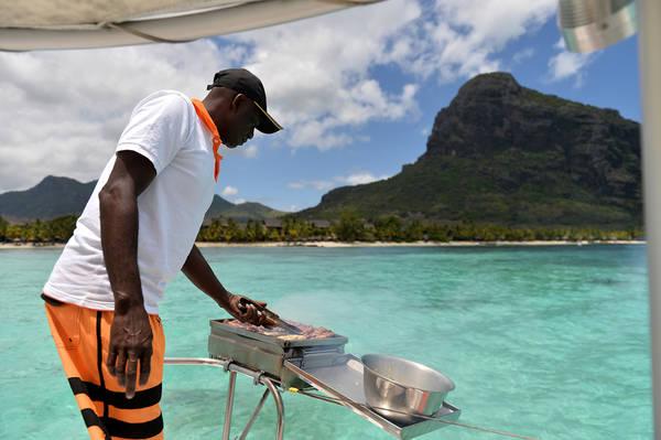 Thuyền viên nướng thịt phục vụ du khách ăn bữa trưa trên khoang.