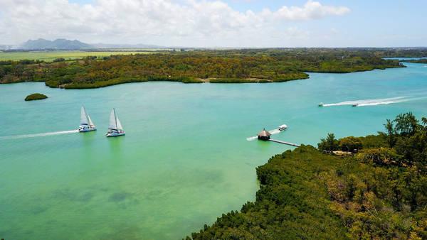 Biển ở Mauritius xanh ngắt và trong vắt.