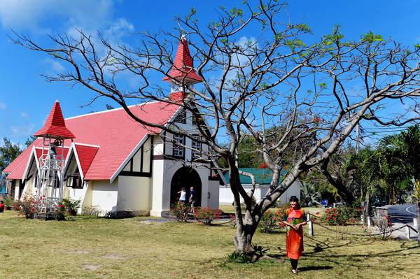 Nhà thờ mái đỏ nằm gần làng chài Cap Malheureux, cực Bắc Mauritius, được xây dựng sau năm 1810 để tưởng nhớ những người đã ngã xuống trong cuộc chiến giành thuộc địa giữa Anh và Pháp.