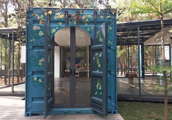 Các họa sĩ vừa sáng tác, vừa tự sắp đặt không gian trưng bày các tác phẩm hội họa của mình.