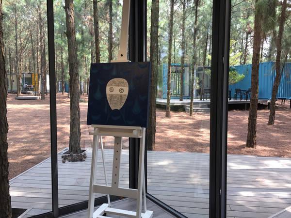 Bên trong container trưng bày các tác phẩm hội họa đương đại. Năm nay, không gian nghệ thuật ở đây có thêm 7 tác phẩm điêu khắc cùng 40 tác phẩm hội họa đến từ các nghệ sĩ trong nước và quốc tế.