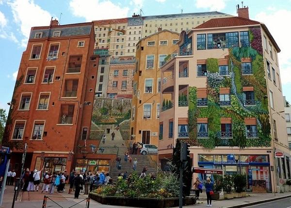 40 năm qua một nhóm họa sĩ vẽ tranh tường ở Lyon (Pháp) đã biến thành phố này thành phòng trưng bày nghệ thuật ngoài trời. Những bức tranh tường khổng lồ được vẽ theo phong cách Trompe-l'œil (kỹ thuật vẽ đánh lừa thị giác) trên nhiều tường tòa nhà lớn. Những bức tranh vẽ sự kiện lịch sử, người nổi tiếng hoặc biểu tượng cuộc sống hàng ngày. Đến nay Lyon sở hữu tới hơn 150 bức tranh tường.