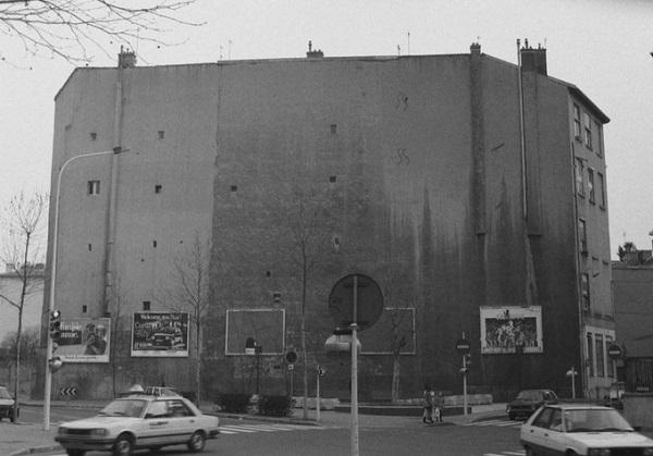 Cuộc biến chuyển diện mạo này của Lyon bắt đầu từ khoảng đầu thập niên 1970, khi một nhóm sinh viên quyết định đem nghệ thuật ra khỏi những phòng triển lãm, bảo tàng, để thể hiện trên những con phố, giữa đời sống bình thường. Năm 1978, tổ chức sinh viên nghệ thuật CiteCreation ra đời.