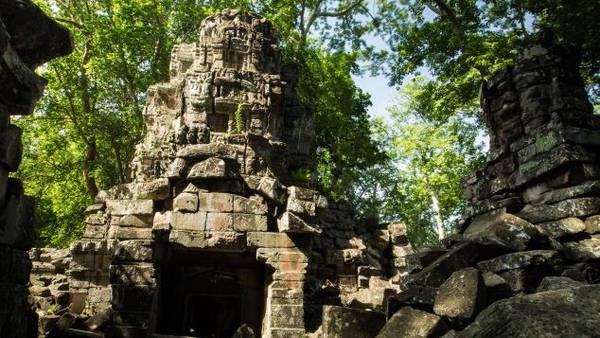 Có niên đại từ thế kỷ 12 dưới thời vua Jayavarman VII - một trong những quốc vương vĩ đại nhất của đế quốc Khmer, ngôi đền kỳ bí này đã bị bỏ hoang gần 800 năm. Do tác động của thời gian, nạn cướp bóc... khu vực này rơi vào tình trạng gần như sụp đổ. Quần thể đền được đưa vào danh sách thăm dò của UNESCO vào năm 1992. Từ năm 2008, Quỹ Di sản Thế giới và Chính phủ Campuchia bắt đầu nỗ lực bảo tồn và phát triển cộng đồng. Không lâu sau đó, khu vực quần thể đền Banteay Chhmar được mở cửa cho du khách. Ảnh: CNN.