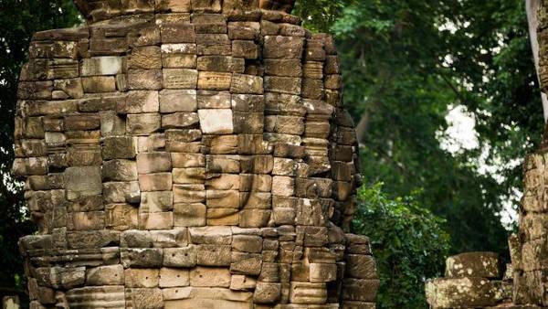 Nằm giữa những tán cây rừng và tảng đá vỡ, quần thể gồm 8 ngôi đền, nổi bật với các tháp đá chạm khắc những khuôn mặt mang nụ cười bí ẩn. Chúng được cho là mô tả lại vua Jayavarman hoặc các vị Phật. Ngoài ra nơi đây còn có các bức chạm tinh xảo nhằm thuật lại câu chuyện về tôn giáo và chiến tranh.