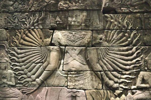 """Bức chạm hình Quan Âm Bồ Tát nghìn tay nổi tiếng tại Banteay Chhmar. Nhà bảo tồn đá Simon Warrack, người đã nghiên cứu về các ngôi đền ở Campuchia hơn 20 năm, ước tính hàng trăm mét tường chạm khắc đã sụp đổ qua thời gian, để lại một câu đố bí ẩn cho các nhà lịch sử và khảo cổ học. Ông so sánh bầu không khí tại Banteay Chhmar giống như quần thể Angkor Wat vào những năm 1990, khi ngành du lịch vẫn còn mới mẻ. Với hàng triệu người tới Siem Reap mỗi năm, Warrack cho rằng """"cảm giác bí ẩn và mạo hiểm"""" từng gắn liền với Angkor Wat đã biến mất. Ảnh: Inside Asia Tours."""