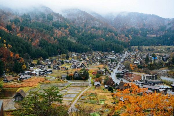 Làng cổ Shirakawa nằm ở phía Tây Bắc tỉnh Gifu, miền trung Nhật Bản, nổi tiếng với phong cảnh hữu tình, nép mình dưới chân dãy núi trập trùng bên dòng sông Shogawa. Năm 1995, ngôi làng hàng trăm năm tuổi này đã được UNESCO công nhận là Di sản thế giới và đón một lượng lớn khách du lịch mỗi năm.