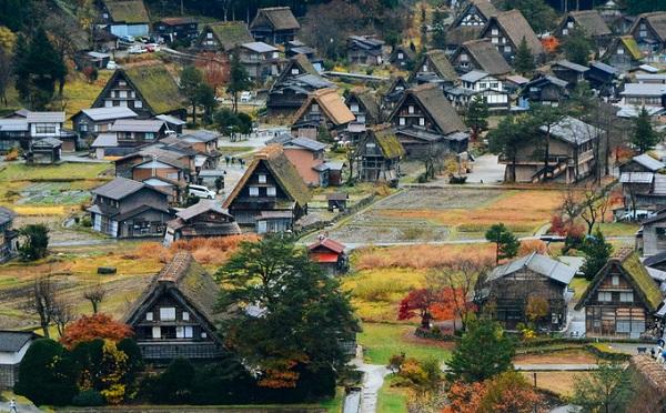 """Làng Shirakawa được biết tới với những ngôi nhà được xây dựng theo lối kiến trúc gassho zukuri - theo tiếng Nhật nghĩa là """"bàn tay cầu nguyện"""" - với phần mái lớn, dài, hai bên ốp vào nhau tựa như đôi bàn tay chắp lại. Người ta tin rằng, khi sống dưới những mái nhà ấy, những thành viên trong gia đình sẽ được bình an và luôn được thần linh chở che."""