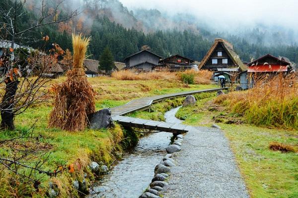 Dù được khai thác du lịch từ nhiều năm nay, cảnh vật ở Shirakawa vẫn giữ được nhiều nét hoang sơ, tựa như bước ra từ một câu chuyện cổ tích. Dạo bước dọc theo con kênh nhỏ, bạn vẫn có thể nghe tiếng nước chảy róc rách hiền hòa, bên những cây cầu đơn sơ chỉ bằng một chiếc ván gỗ hẹp.