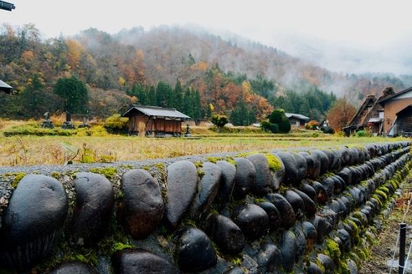 """Shirakawa từng được mô tả như một """"hòn đảo cô lập"""" hay """"vùng đất chưa được khám phá"""", không chỉ bởi địa hình bốn bề là núi mà còn bởi giao thông có thể bị cản trở do tuyết rơi quá dày."""
