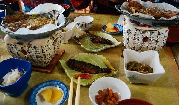 Ẩm thực ở Shirakawa cũng là điều mà du khách không thể bỏ qua khi tới với ngôi làng cổ này. Một trong số đó là món thịt bò Hida hảo hạng. Thịt bò mềm, tẩm ướp nhiều loại gia vị đặc trưng và nướng trên lá rất độc đáo. Để tới với ngôi làng cổ tích này, du khách Việt có thể đặt các chuyến bay thẳng của Vietnam Airlines từ TP HCM hoặc Hà Nội đến sân bay Nagoya, sau đó đi tàu hoặc bus đến ga Takayama, cuối cùng là đi bus đến làng Shirakawa. Ngoài ra, bạn cũng có thể mua tour trọn gói từ các công ty du lịch Việt Nam có khai thác tuyến tour tại tỉnh Gifu. Hiện nay, xu hướng du lịch tại miền trung Nhật Bản cũng rất hút khách Việt.