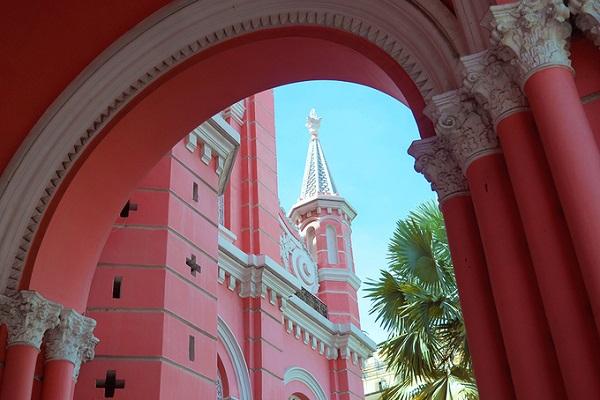 Khởi công vào năm 1870 và hoàn thành 6 năm sau đó, nhà thờ được xây dựng theo lối kiến trúc Gothic nhưng các chi tiết lại mang phong cách Roman và Baroque. Dù đã trải qua nhiều lần tu sửa, nhưng màu sắc ban đầu vẫn luôn được giữ lại. Nhờ màu hồng khác lạ mà nhà thờ khiến không ít du khách ấn tượng khi ghé thăm.