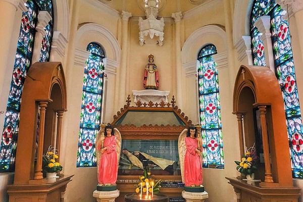 Thánh đường bên trong khá bề thế với hai hàng cột đậm nét kiến trúc Gothic. Cùng với mặt tiền, hai hàng cột này được đánh giá là một trong những nét đẹp nhất của cả công trình. Điều đáng chú ý nhất là những bệ thờ bên trong đều được làm từ đá cẩm thạch mang từ Italy sang.