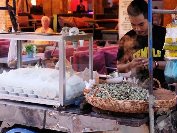 Một xe ốc hấp bán kèm thạch rau câu ở chợ đêm. Rất hợp để ăn thử, nhưng việc ăn liền 2 món với nhau thì bạn nên cân nhắc nhé.