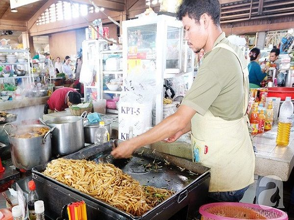 Một quầy mì xào ở Phompenh. Kiểu bày sợi mì trong khay kiêm chảo thế này gợi nhớ đến những quầy Pad Thái ở Thái Lan.