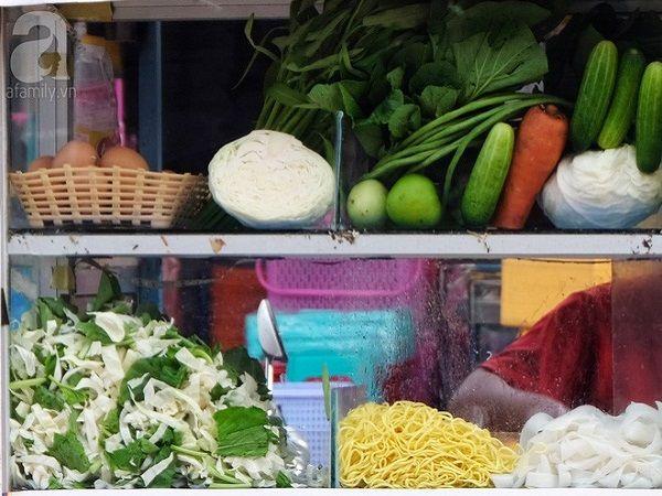 Các xe mì xào kiểu này rất phổ biến ở Siem Reap với giá cả, menu được niêm yết rõ ràng.