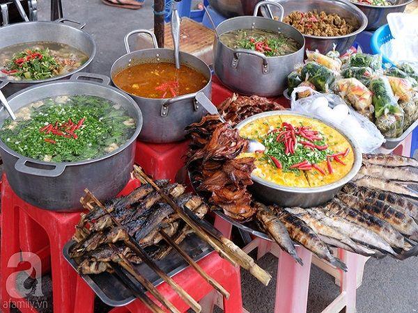 Một quầy bán đồ ăn sẵn đầy màu sắc. Ngoài các món cá nướng đặc trưng của Campuchia, có thể nhận thấy, đa dạng các món ăn ở đây đều có vị cay. Một gợi ý cho bạn là đã đến Campuchia, nhất định nên thử món cá, cá ở đây tươi ngon nên ăn đậm đà và có vị rất riêng.