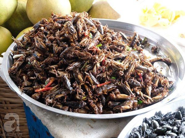 Một khay đầy ắp châu chấu. So với nhiều loại côn trùng khác, châu chấu đã thuộc dạng dễ ăn, nhưng nó vẫn là thách thức với nhiều người. Ở Siem Reap, các hàng bán côn trùng phải đề biển bằng tiếng Anh, nói rằng, nếu chỉ chụp ảnh, sẽ phải trả 1 đô la, còn nếu mua bất cứ thứ gì, bạn được chụp ảnh miễn phí.