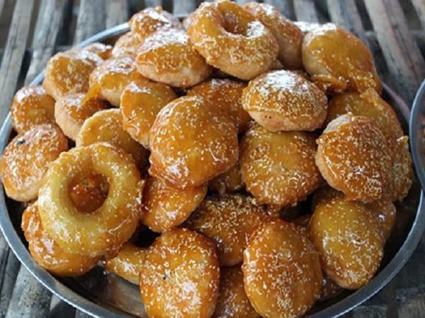 Bánh còng bánh cam đều được chiên vàng, bên ngoài được phủ một lớp mè và kẹo đường ngọt lịm. Ảnh: huongdanlambanh.