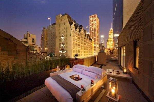 Ngủ tại phòng ngoài trời ở khách sạn AKA Central Park, New York, Mỹ, là trải nghiệm thực sự sang trọng. Vào mùa hè, khách sạn này có phòng Sky được đặt tại sân thượng. Khách ở phòng này có thể ngắm toàn cảnh bầu trời Manhattan. Ảnh: AOL.