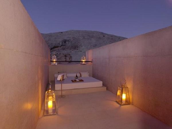 Phòng Mesa Pool nằm ngoài trời là nơi ấn tượng nhất tại khách sạn Amangiri, bang Utah, Mỹ. Khi ở đây, bạn sẽ nằm trên giường và cảm nhận màu sắc thay đổi của hẻm núi trong sa mạc. Ảnh: Aman Resort.