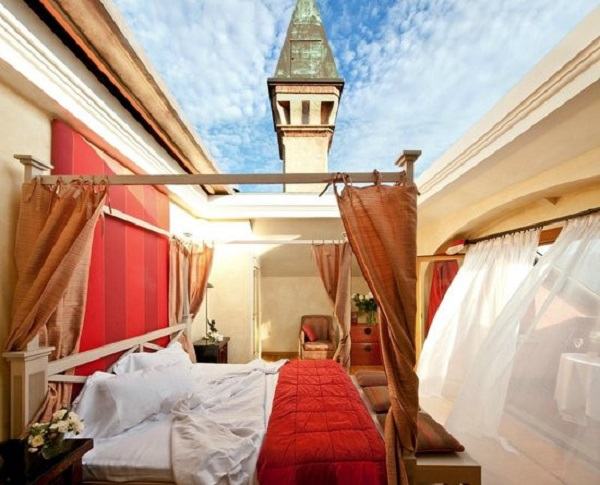 Du khách ở trong phòng Cabriolet, tại khách sạn L'Albereta, ở Italy, có thể ấn nút để trần nhà mở ra và trải nghiệm cảm giác ngủ ngoài trời. Bạn sẽ được ngắm bầu trời từ trong phòng suốt cả ngày lẫn đêm, và có thể đóng trần khi cần không gian ấm cúng. Ảnh: Trip Advisor.