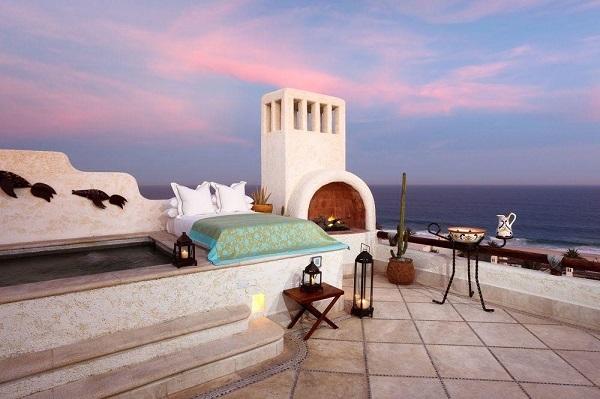 Nếu ở trong phòng có thể ngắm cảnh biển là chưa đủ, bạn có thể trải nghiệm cảm giác ngủ ngoài trời bằng cách đặt phòng tại căn penthouse của resort Las Ventanas al Paraiso, Mexico. Mỗi phòng đều có giường cỡ lớn đặt ở sân thượng giúp khách có thể ngắm hoàng hôn và bình minh tuyệt đẹp.