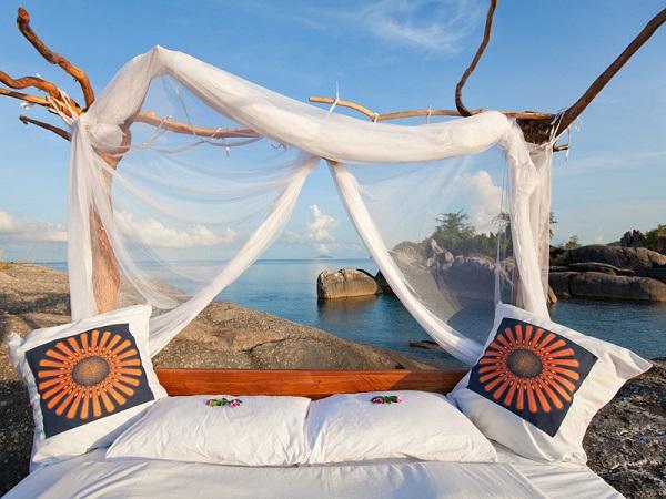 Tại resort Nkwichi, ở Mozambique, du khách có thể ngủ tại giường được đặt ở khu vực vắng người của resort, hoặc ở bên hồ Malawi. Với trải nghiệm này, bạn sẽ được ngắm khung cảnh thiên nhiên hoang dã tuyệt đẹp. Ảnh: MozambiqueTravelManagement.