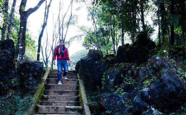Lối lên vườn 12 con giáp và lên mỏm đá ngắm toàn thành Sapa