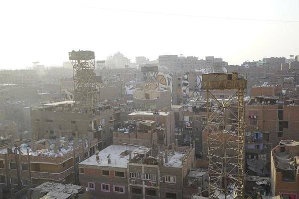 """Manshiyat Naser là một quận thuộc Cairo, rộng khoảng 5,54 km2 được biết đến là """"thành phố Rác"""" (Garbage city) của Ai Cập. Từ trên cao nơi đây trông như một thành phố bỏ hoang đầy chất thải, nơi con người không thể sinh sống nhưng thực chất đây lại là nơi cư trú của hàng trăm nghìn người dân."""