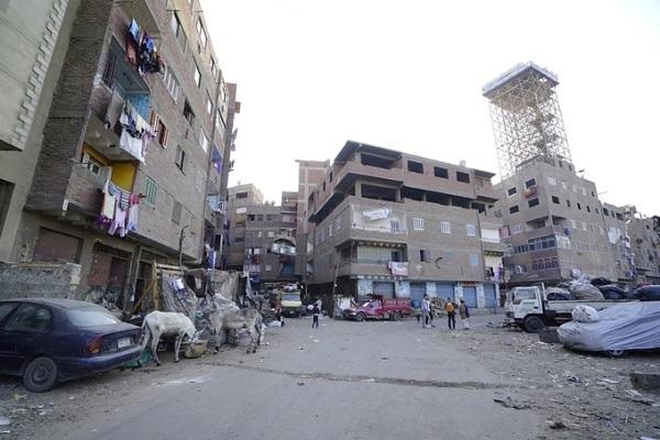 Đây là khía cạnh mà nhiều người thủ đô sống ở khu vực khác không muốn giới thiệu với du khách bởi khi vừa đặt chân đến, bạn sẽ ngay lập tức nhận ra hai mặt đối lập của Cairo. Một bên là Tân Cairo (New Cairo) nhà cao cửa rộng, còn một bên nhếch nhác, tồi tàn, tối tăm đến đáng thương.