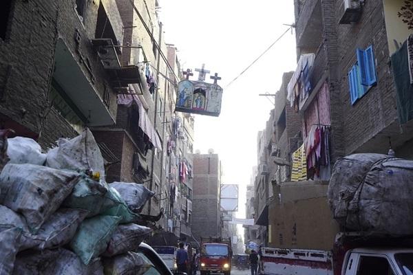 Nhiệt độ khắc nghiệt ngày nóng đêm lạnh của Ai Cập càng làm mùi thức ăn phân hủy nặng thêm. Không khí ngột ngạt kèm với mùi thối rửa dễ khiến du khách nước ngoài mắc ói. Và không có gì bất ngờ khi ruồi nhặng vo ve khắp hang cùng ngõ hẻm Manshiyat Naser.