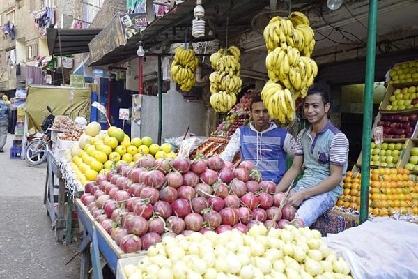 Tuy nhiên, vẫn có nhiều quầy trái cây tươi xen lẫn trong khu dân cư dơ bẩn, bụi bặm.