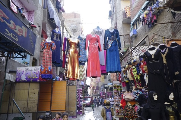 Hay len lỏi giữa những khu chung cư rác là các cửa hàng thời trang.