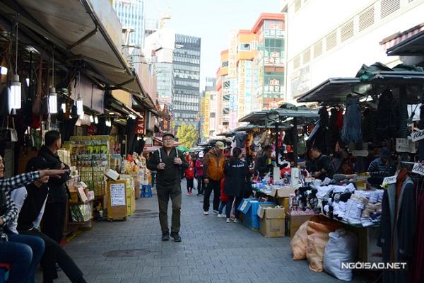 Chợ Namdaemun là khu chợ truyền thống nằm ở trung tâm thủ đô Seoul (Hàn Quốc). Đây là nơi buôn bán, tập kết nhiều mặt hàng bán sỉ, bán lẻ từ thời trang, may mặc, đồ gia dụng, mỹ phẩm, điện tử cho tới các hàng quán ăn uống. Một trong những món ăn ghi dấu tên tuổi của khu chợ Namdaemun trên bản đồ ẩm thực Hàn Quốc đó chính là món bánh hotteok nóng hổi.
