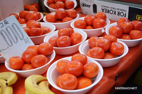 Ngoài các loại đồ ăn chín, chợ Namdaemun còn có nhiều loại hoa quả đặc trưng xứ Hàn rất tươi ngon, đặc biệt là quả hồng.