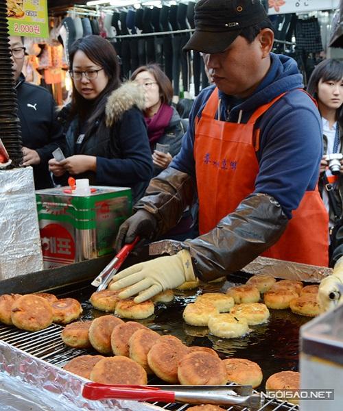 Nằm khiêm tốn ở ngay đầu chợ Namdaemun, quầy bánh hotteok này không có bảng biển chỉ dẫn nổi bật, chỉ có đúng một quầy hàng lưu động nhưng cứ chiều chiều, từ 16h trở đi lại trở nên đông đúc người qua lại. Thậm chí, người ta còn phải xếp hàng khi các cô các chú chủ cửa hàng còn đang rục rịch dọn đồ nghề.