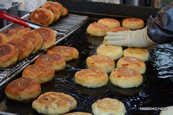 Bánh hotteok được xem là một loại bánh pancake của Hàn Quốc với lớp vỏ mềm, thơm, làm từ bột mì, trứng và sữa. Còn phần nhân thì đa dạng hơn với đường nâu, bột quế và các loại hạt băm nhỏ như hạt óc chó, lạc rang, hạnh nhân, hạt dẻ… Đối với loại nhân mặn thì có rau củ, miến, thịt bò, thịt lợn, hành và phô mai.