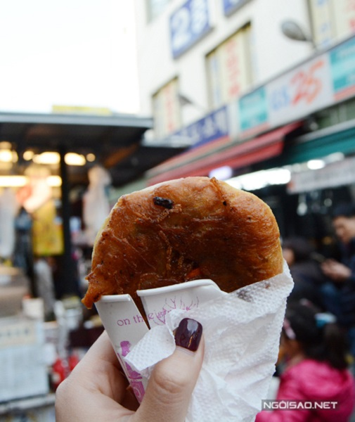 Giá một chiếc bánh khoảng 1.000 - 2.000 won tùy loại nhân, khá phải chăng so với mức giá cả ở Seoul. Tuy nhiên, mỗi người mỗi lần chỉ được mua số lượng hạn chế vì người làm bánh tươi ngay trước mặt khách nên không có nhiều hàng dự trữ. Do đó, nếu muốn ăn thêm, bạn buộc lòng phải xếp hàng lại từ đầu.