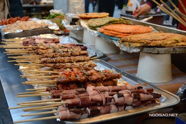 Khu chợ nằm trong quy hoạch du lịch của chính quyền Seoul nên luôn có tình nguyện viên du lịch mặc áo đồng phục đỏ đứng khắp các điểm cửa ngõ. Đội ngũ này có thể nói tốt tiếng Anh và tiếng Trung Quốc do đó, bạn chỉ cần đưa hình ảnh của món ăn là sẽ được trợ giúp, chỉ dẫn tới đúng địa điểm.